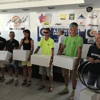 In ordine da dx a sx le prime cinque squadre classificate. Sulla destra Lori Cillerai ritira il primo premio di squadra.
