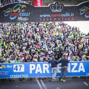 L'impressionante partenza dei 13.000 partecipanti alla Novecolli